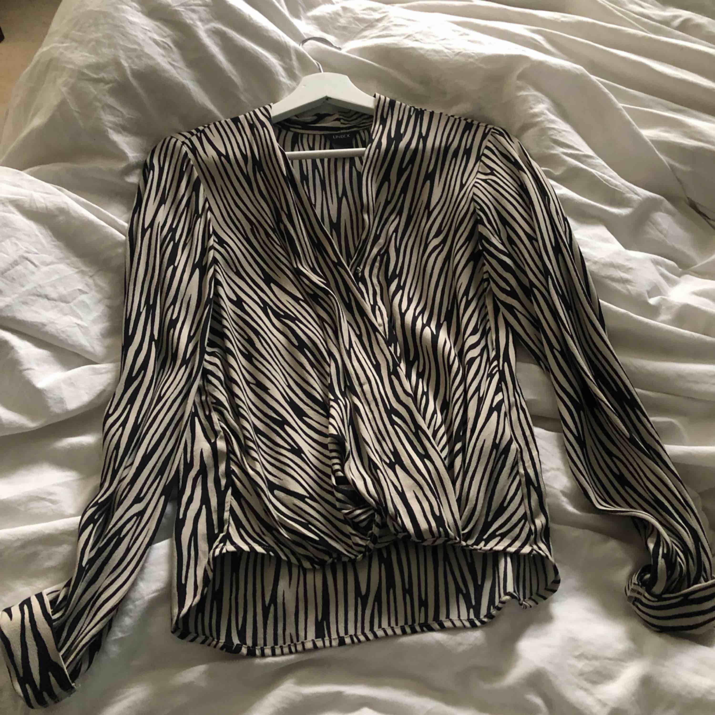 Begie zebra blus från Lindex använd en gång!. Blusar.