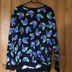 En mörkblå tröja med regnbågskatter i gott skick. Kan mötas upp i Uppsala men också frakta om köparen betalar :)