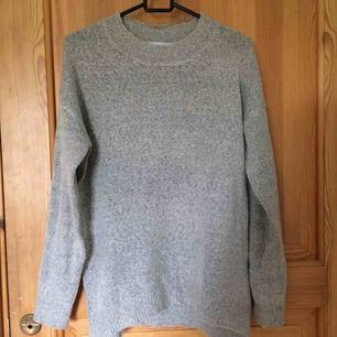 En tunn grå tröja. Sparsamt använd och i gott skick. Kan mötas upp i Uppsala eller frakta om köparen står för frakt ;))