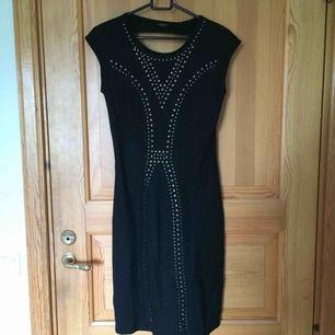 En svart, kroppsåtsittande klänning med metallknappar på. Sparsamt använd och i gott skick. Kan mötas upp i Uppsala eller frakta om köparen betalar för frakten :))