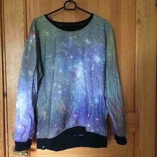 En tröja med rymden på köpt från T-shirt Store. Tröjan är knopprig men annars i gott skick. Kan mötas upp i Uppsala eller frakta om köparen står för frakten ;))