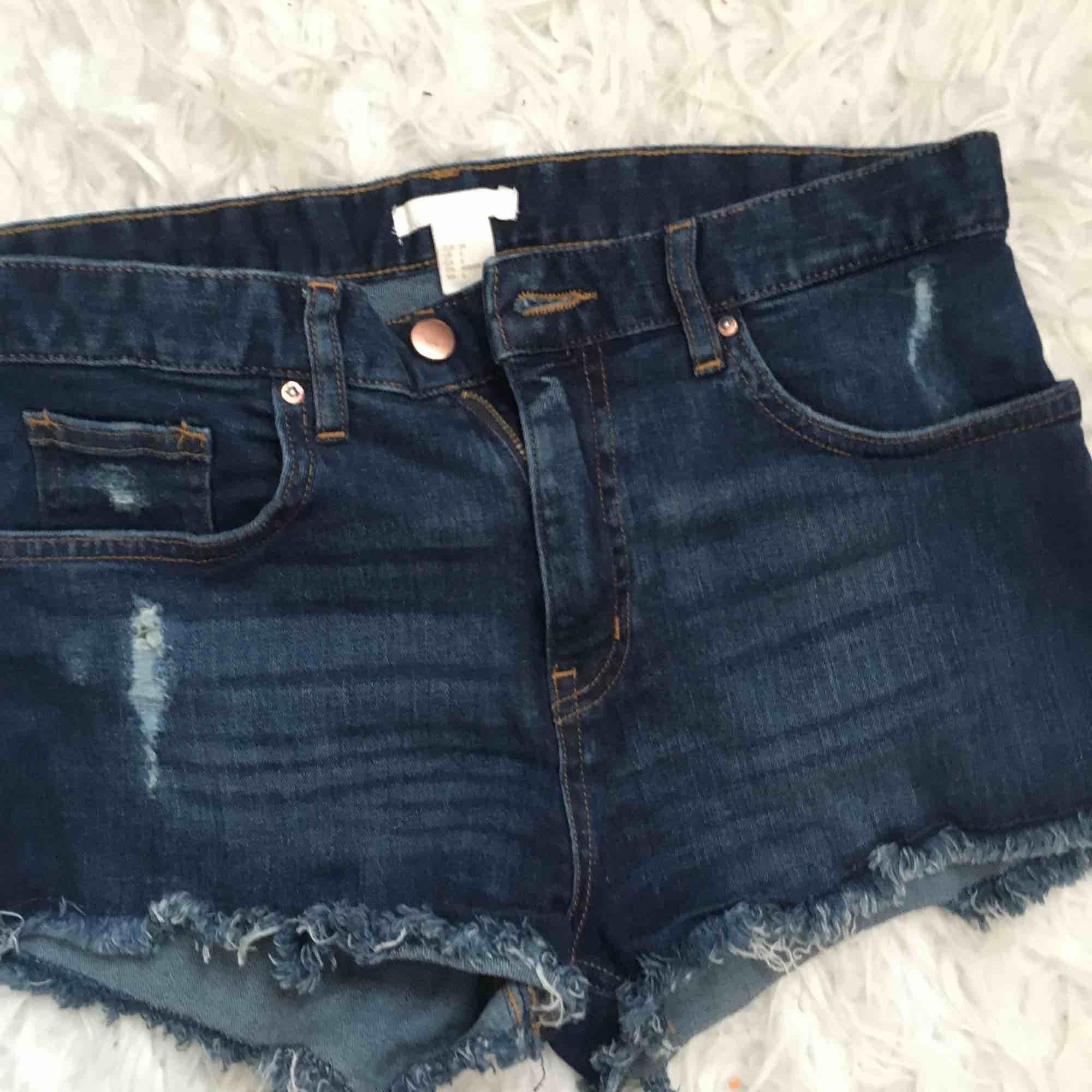 Blåa jeansshorts med slitningar. Inte använda mycket. Frakt ingår i priset.. Shorts.