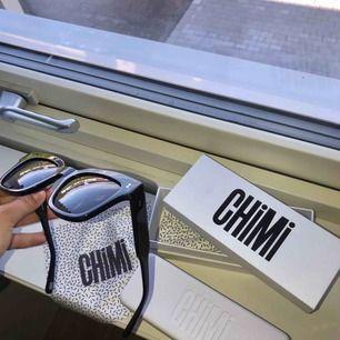 Ett par fina, trendiga solglasögon från chimi eyewear (BERRY 005) i nyskick. Säljer pågrund av att jag köpte fel modell, ej använda bara testade.  Nypris. 999kr