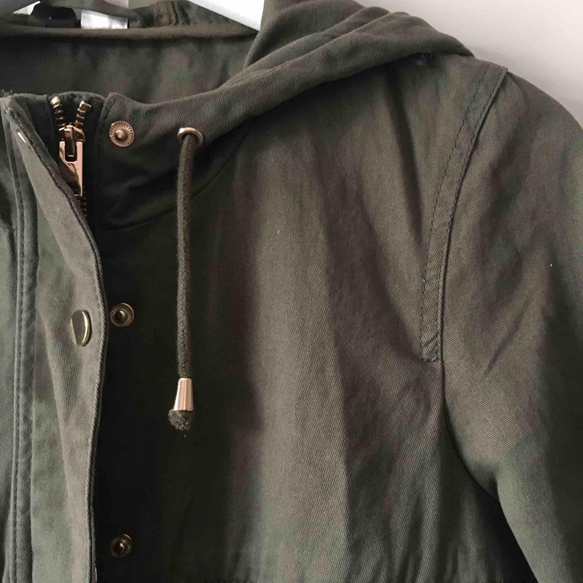 Grön jacka med gulddetaljer. Knappt använd. Frakt ingår i priset.. Jackor.
