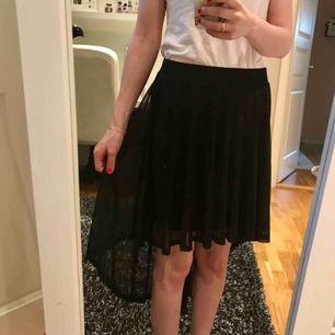 Fin svart kjol med ett fint svall bak.