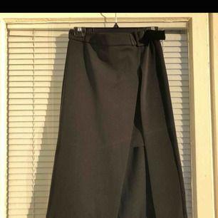 Elegant kjol med skärp, gardinliknande fall och kort framtill. Klockren till vit skjorta alt. enkelt linne. Köpte här på Plick men missförstod storlek, midjan går inte att justera och motsvarar kanske en 34/36🌟