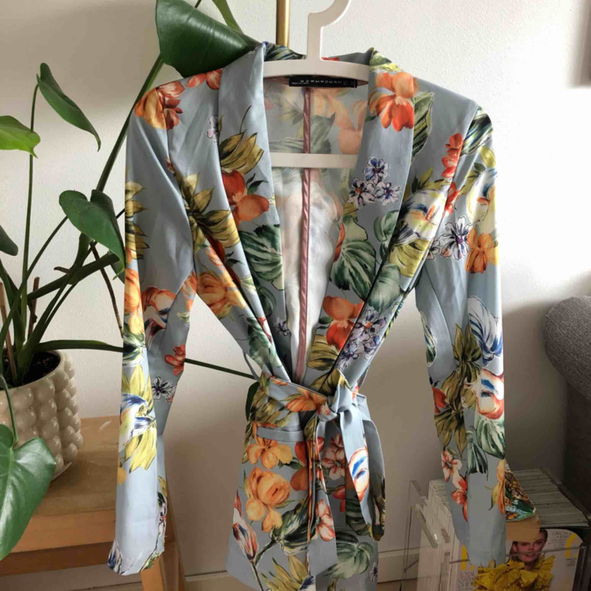 Kavaj från Zara i fint skick. Strl M men skulle säga att den är mer som en S (36/38). Kan tänka mig sänka priset vid snabb affär.. Kostymer.
