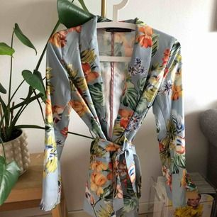Kavaj från Zara i fint skick. Strl M men skulle säga att den är mer som en S (36/38). Kan tänka mig sänka priset vid snabb affär.