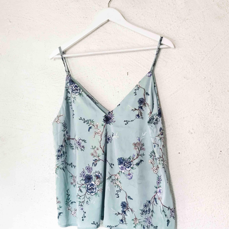 Fint linne från Bikbok. Använt en gång under en vit T-shirt. Frakt tillkommer 🌹. Toppar.