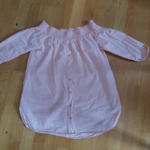 jusrosa bomullstyg, lång offshoulder tröja köpt från river island UK strl. 14 (42) sitter tight på armarna! använd max 5 ggr fint skick ---------------------------- jag är 172 cm och har normal kroppsbyggnad så såhär ser det ut på mig. kan mötas upp i vällingby, finns en möjlighet i TC också. fraktar hälst!! tar swish och kontanter om man träffas betalar inte frakt 🧡