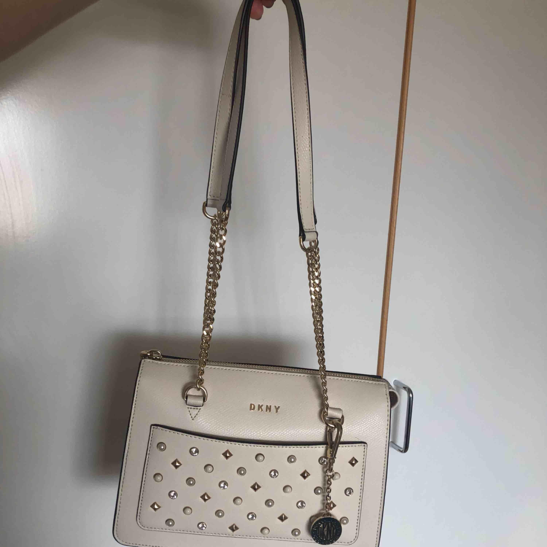 Dkny väska inköpt på zalando. Använd 1 gång som ny.  Frakt 100kr spårbart.   Ordpris ca 2000kr . Väskor.