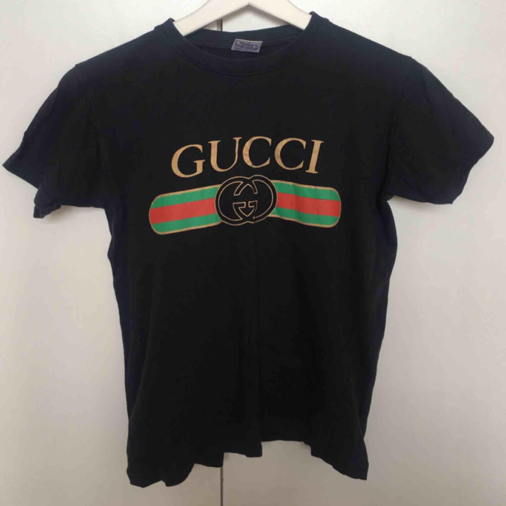 Fejk Gucci t-shirt. Köpt second hand, men har själv aldrig använt den! En cool tröja! 59kr frakt! . T-shirts.
