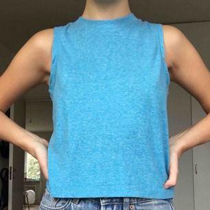 Blått linne från Weekday. Köpt för några år sen, använt ett fåtal gånger! Superfint till jeans. 59 kr frakt!