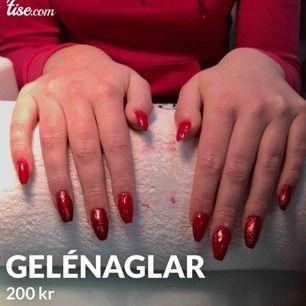 Jag gör både gelénaglar och vanlig manikyr hemma hos mig i Eskilstuna. Gelénaglar kostar 200 kr och manikyr 150 kr.