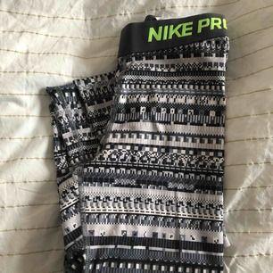 Mönstrade Nike Pro träningstights med grön logga på benet, använda men är i bra skick! Köparen står för frakten💕
