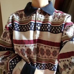 Vintage stickad tröja i fint men använt skick. Står storlek 48, men skulle säga att den sitter som ca storlek M. Kan skickas om köparen står för frakten, som då blir 56kr.