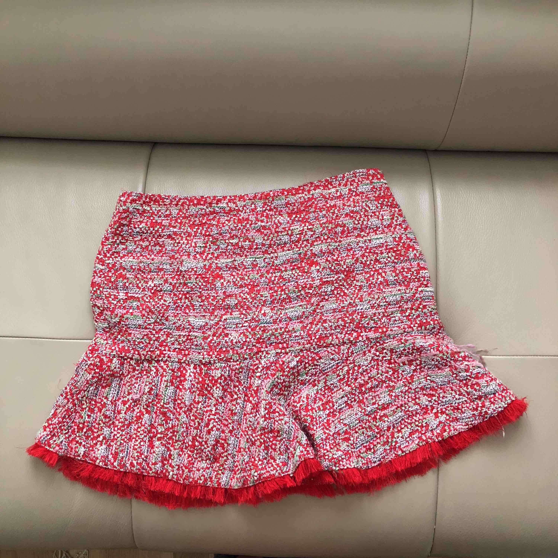 Röd tweed kjol, stl M men passar S-M,. Kjolar.