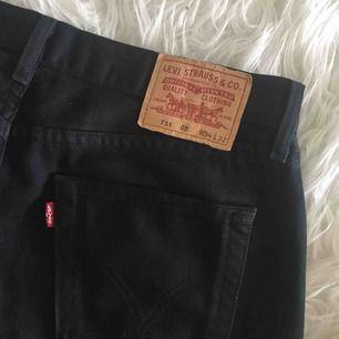 """Säljer dessa Levi's jeans jag köpte second hand, benen är """"raka"""" och det är väldigt snyggt att vika upp dem!"""