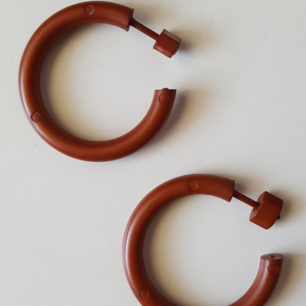 Vintage bruna örhängen i plast. Kan skickas om köparen står för fraktkostnaden, som blir 9kr.