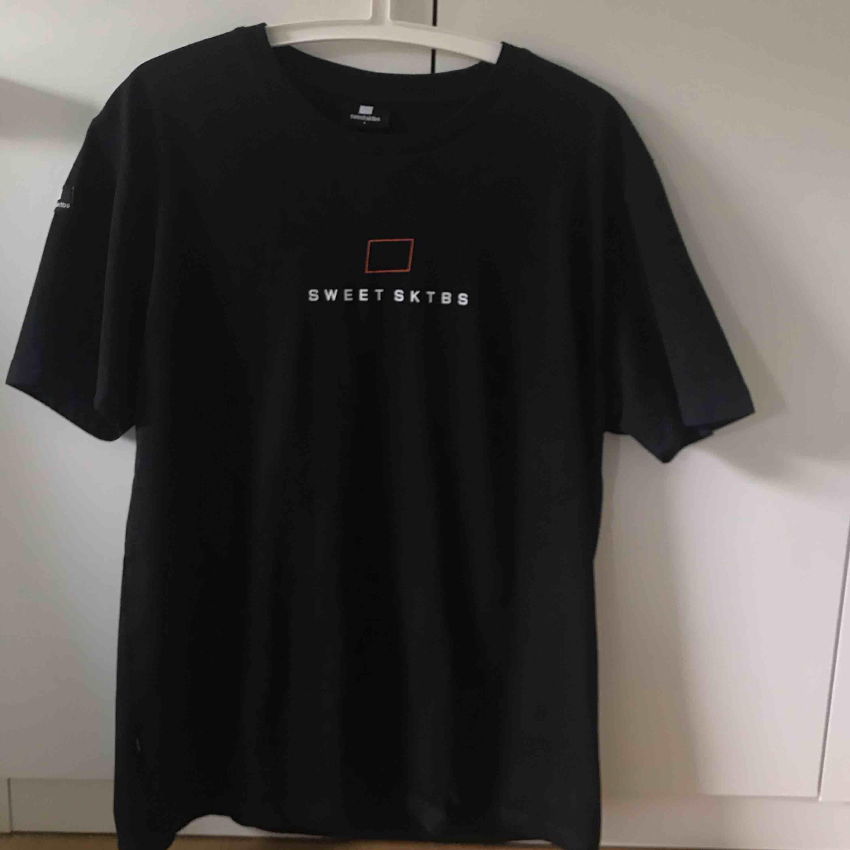 Säljer denna sweet sktbs t-shirt, knappt använd! . T-shirts.