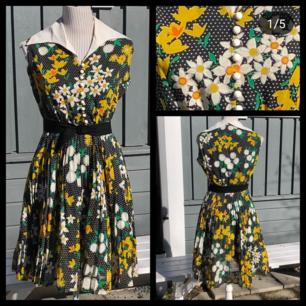 Fantastiskt fin klänning från 60-talet! Fint skick. Passar S bäst, men även M. Frakt ingår i priset. 🌻🌼