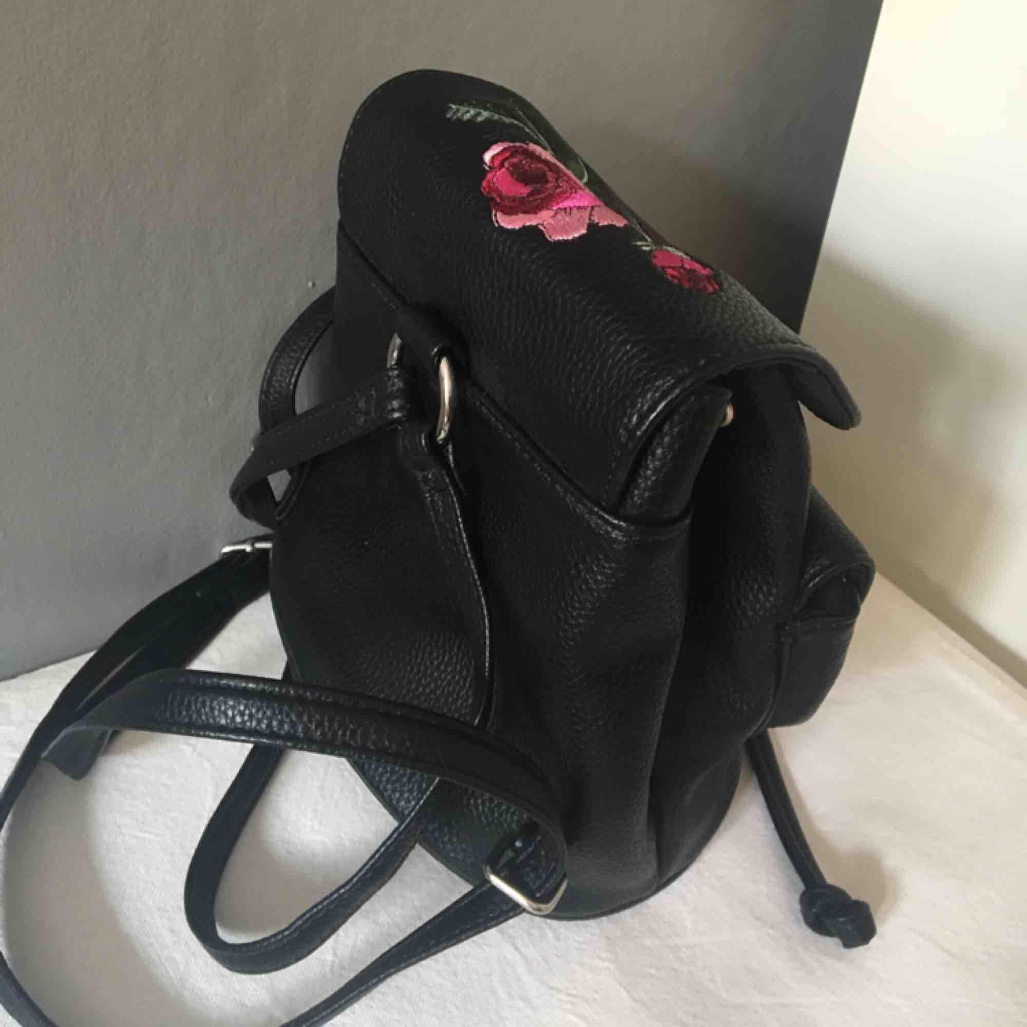 En mini ryggsäck som är helt oanvänd! Fraktar ej, Möts upp i Stockholm!🌼. Väskor.