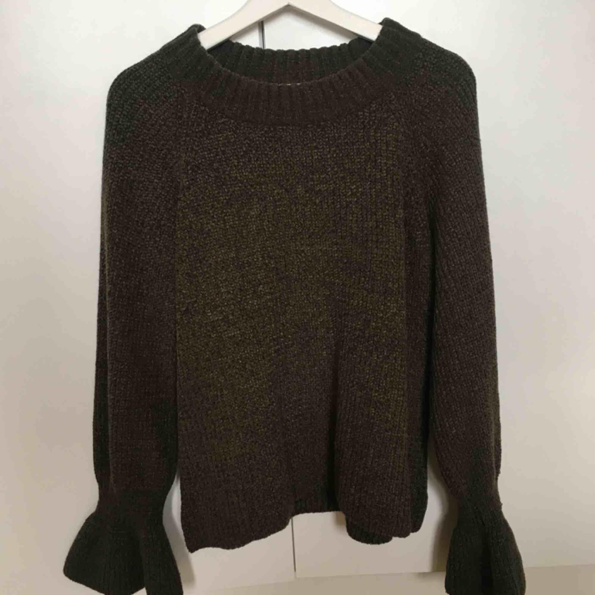 Jättefin grön/stickad tröja från Gina Tricot. Använt ett fåtal gånger. 79kr frakt eller upphämtning ! . Stickat.