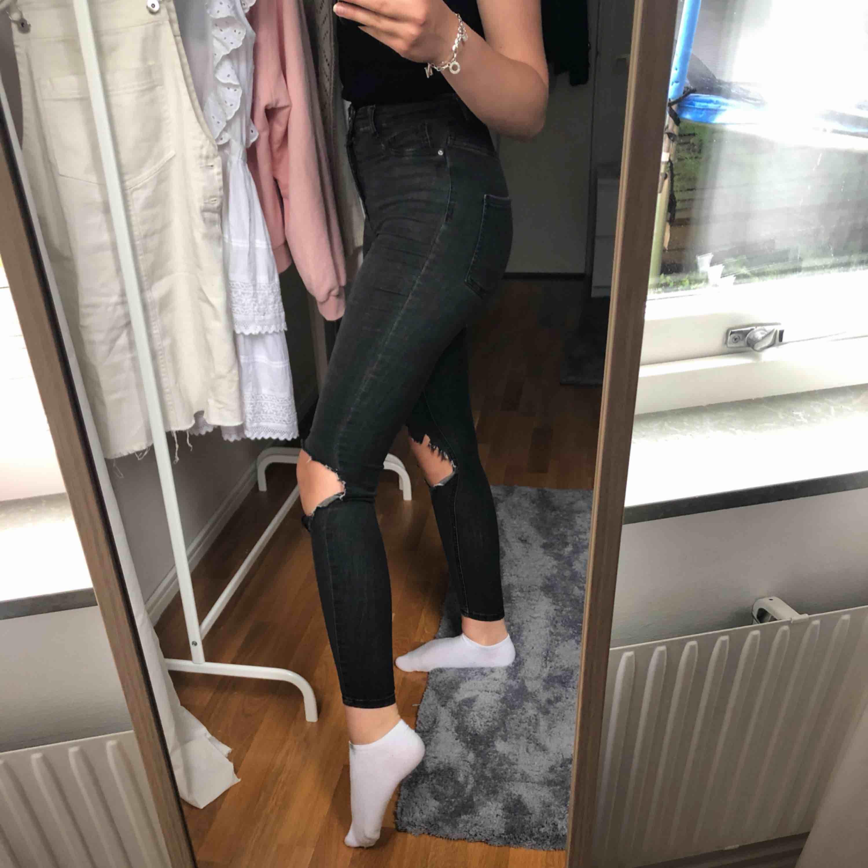 Gråa Molly jeans från Gina tricot  Har klippt hålen själv så det går enkelt att ändra lite på dom  Nypris (utan hål): 299kr  . Jeans & Byxor.