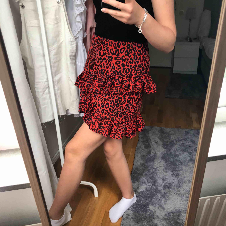 En superfin och trendig kjol från bikbok, endast använd 2 gånger och därav är den helt i nyskick   Nypris:299kr. Kjolar.