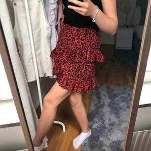 En superfin och trendig kjol från bikbok, endast använd 2 gånger och därav är den helt i nyskick   Nypris:299kr