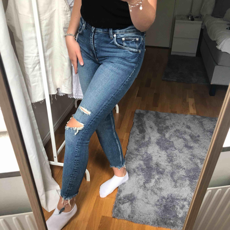 Helt oanvända supersnygga jeans från zara med en rå nederkant och slitningar   En mellanblå färg som klär till allt och speciellt nu i sommar och i höst  Säljer på grund av att dom tyvär är för små för mig   Nypris: 350kr . Jeans & Byxor.