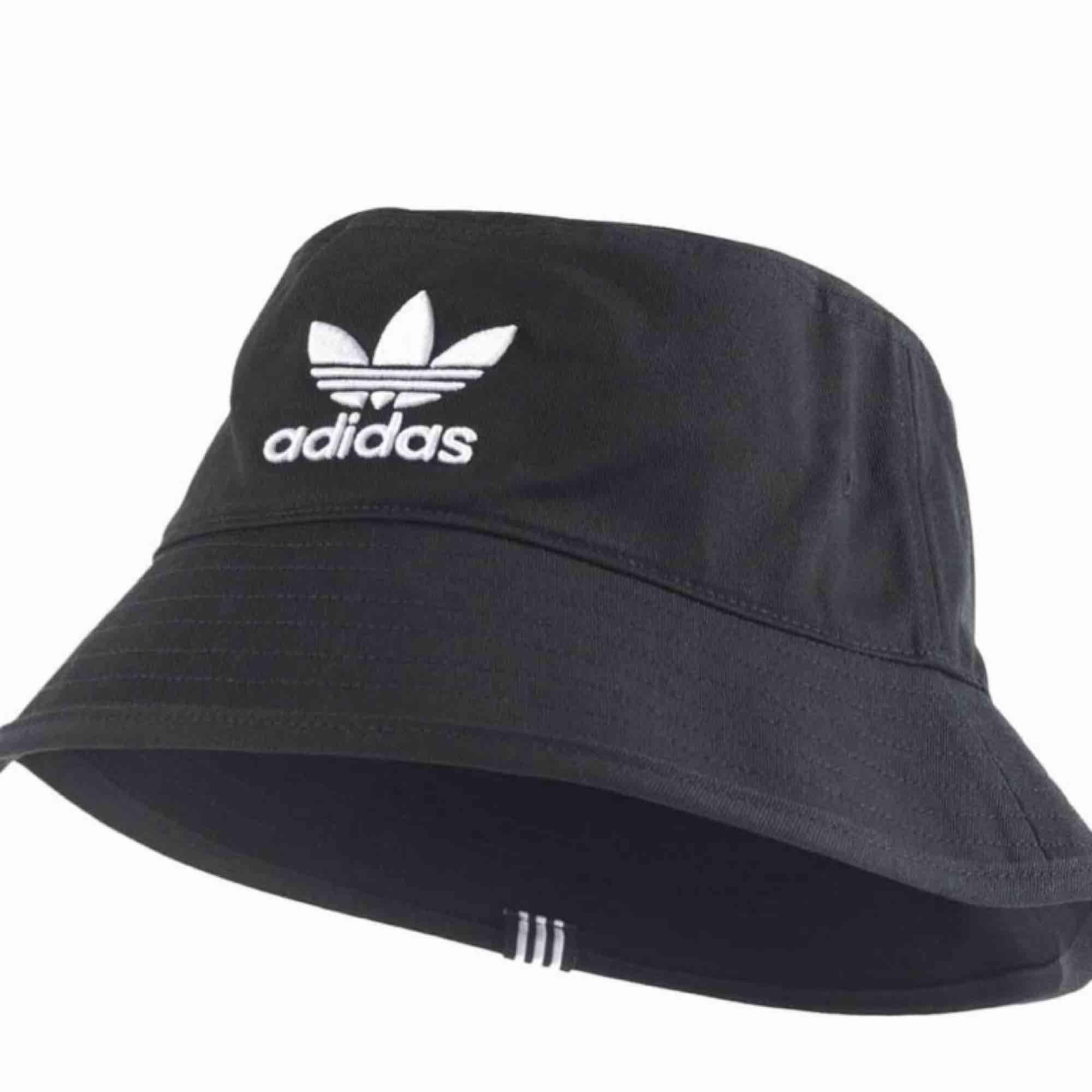 Adidas originals bucket hat! Skriv för fler bilder. Accessoarer.