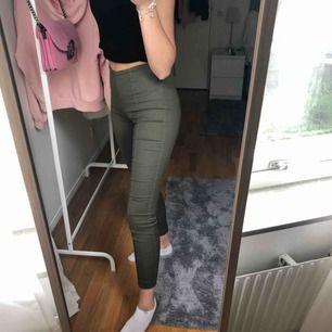 Militärgröna tights/kostymbyxor från H&M   Sitter supersnygga och passar jättebra till hösten   Nypris: 199kr