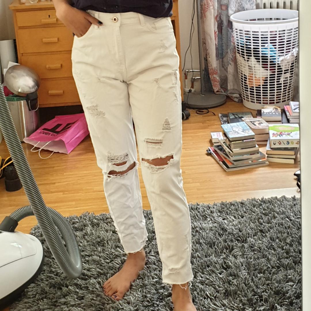 Ett par rippade vita mom jeans.. Jeans & Byxor.