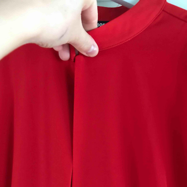 En supersnygg röd byxdress, går inte helt ned till fötterna. Slutar lite längre ner vid knäna.   Använd en gång. Kan fraktas 🌸. Kostymer.
