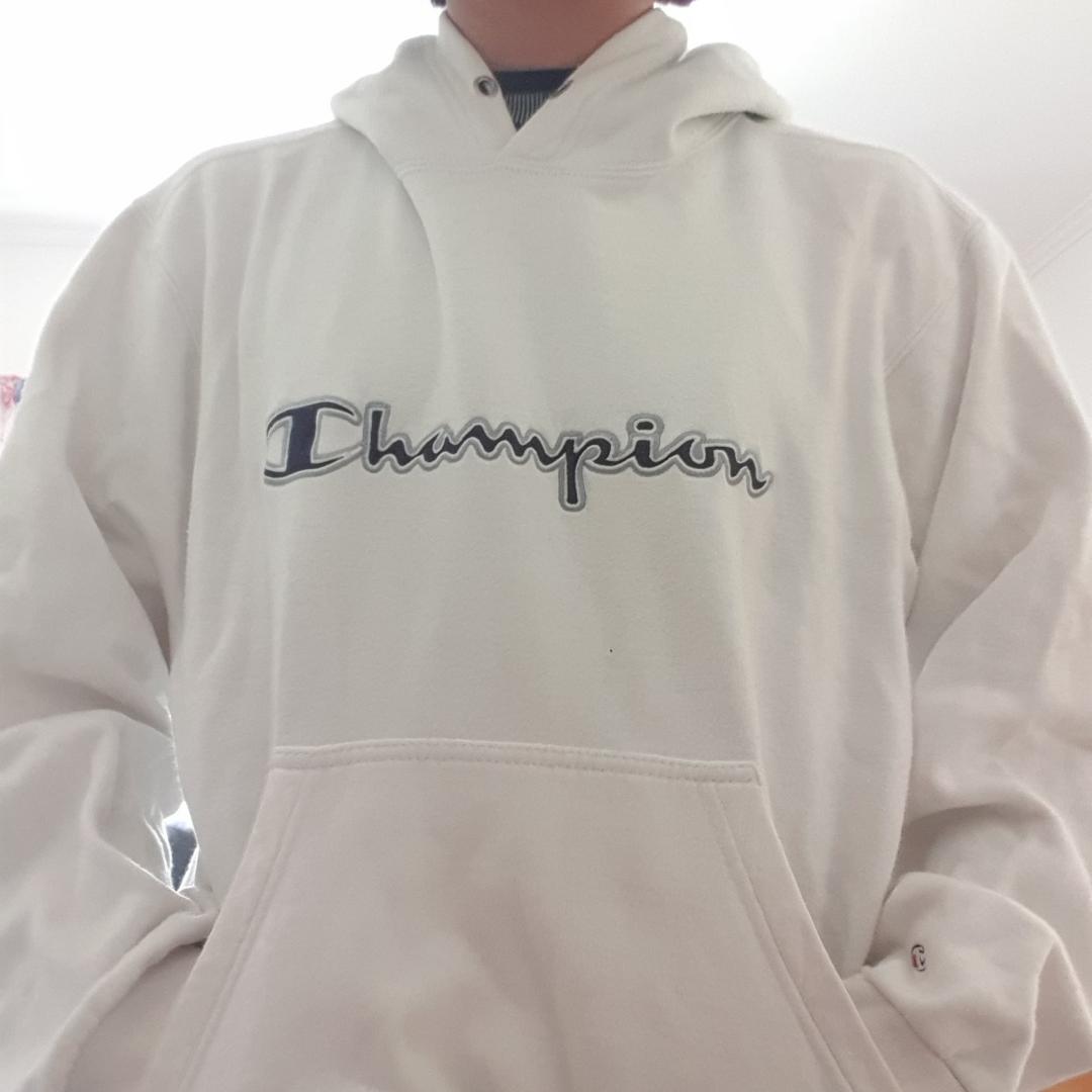 Vintage vit Champion hoodie med blå logga, M i damstorlek alltså inte den största.. Tröjor & Koftor.