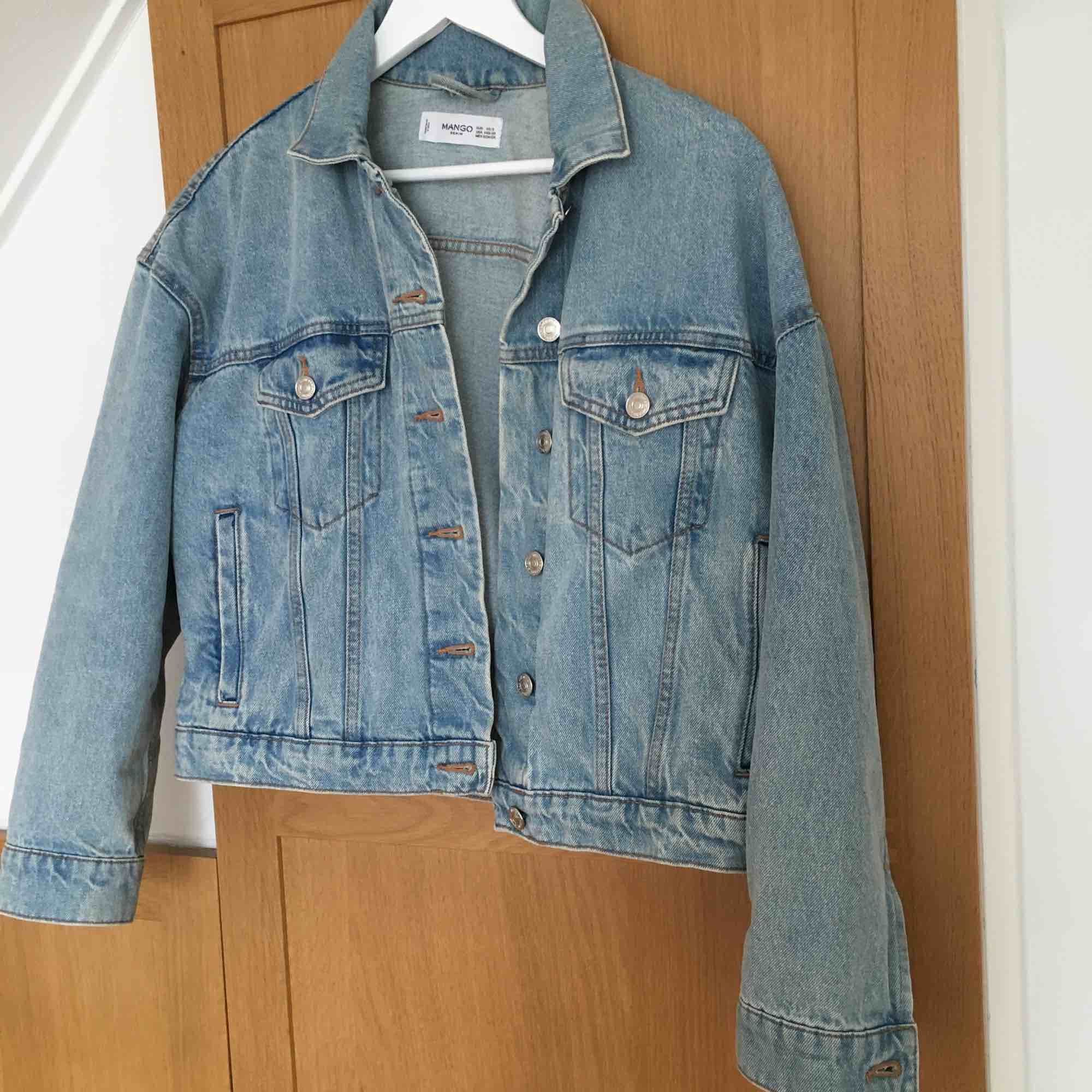Perfektaa jeans jackan! . Jackor.