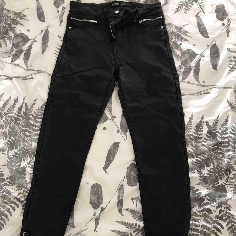 Snygga lackbyxor från Berska, använda ett fåtal gånger. Litet märke på byxorna, se bild.   Kan fraktas 🌸. Jeans & Byxor.