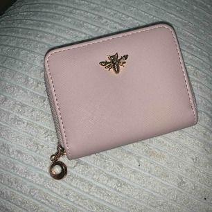 En lite söt plånbok med gulddetaljer.