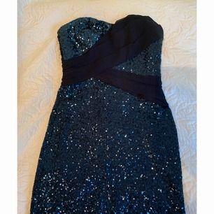 Säljer en klänningen med paletter med mörkblå skiftningar. Frakten ingår i priset