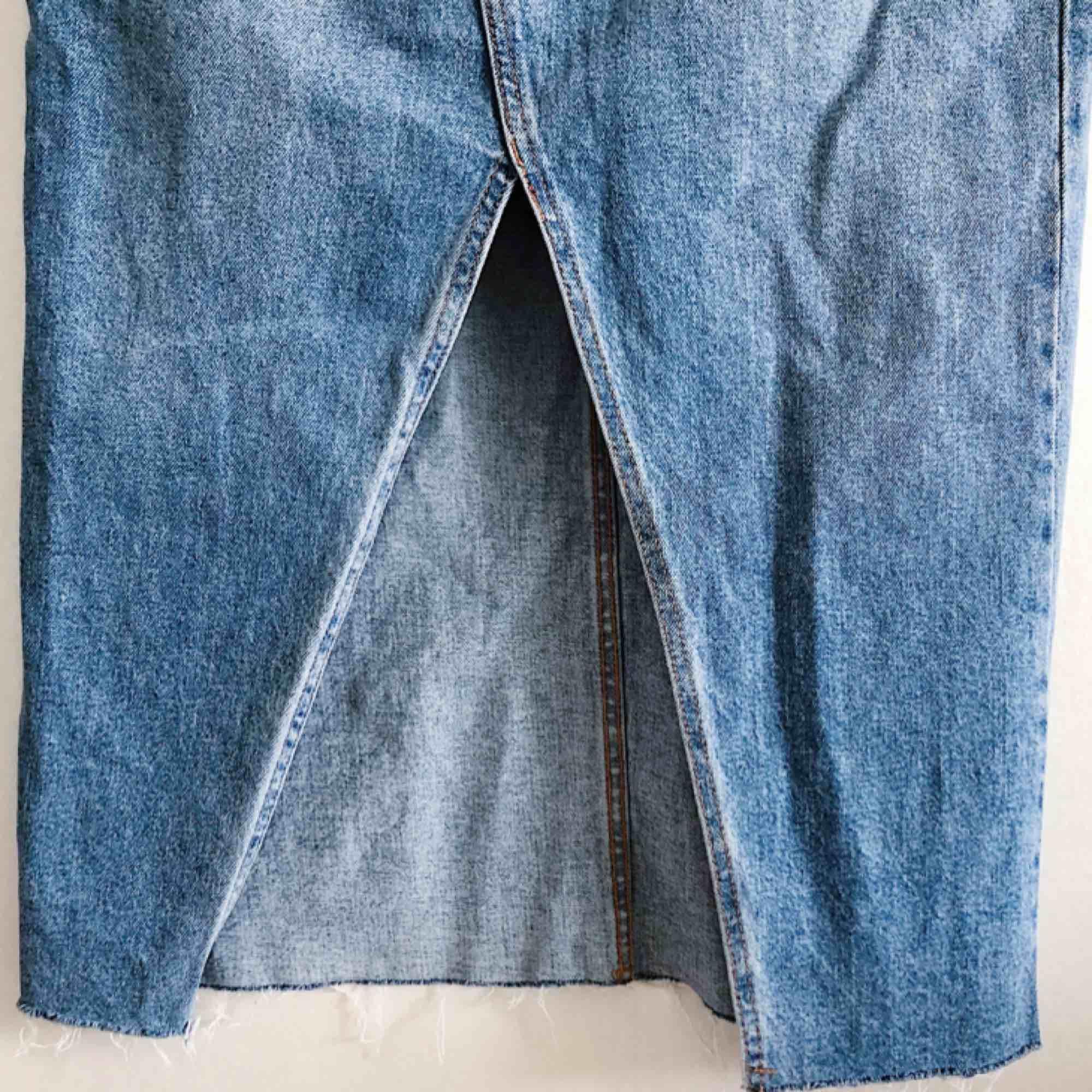 Jeanskjol från Zara. Aldrig använd.. Kjolar.