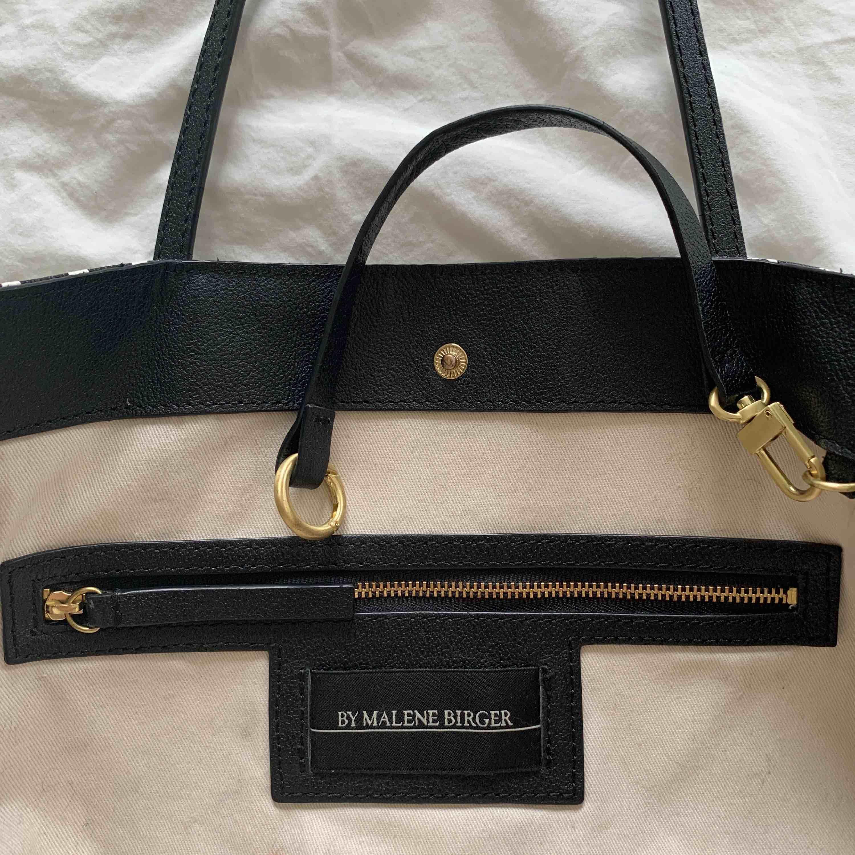"""Svart/vit väska från Malene Birger. Den """"klassiska"""" modellen i mellanstorleken. Jättebra skick ☺️. Väskor."""