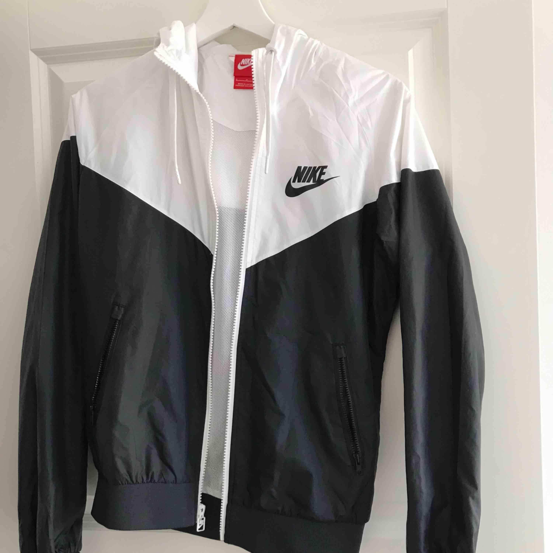 Cool vindjacka från Nike. Aldrig använd.   Kan fraktas 🌸. Huvtröjor & Träningströjor.