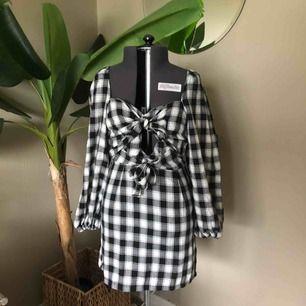 Drömklänning från Boohoo (oanvänd med lapp kvar). Säljer pga för liten för mig! Strl 40, men mer som 38 skulle jag säga.