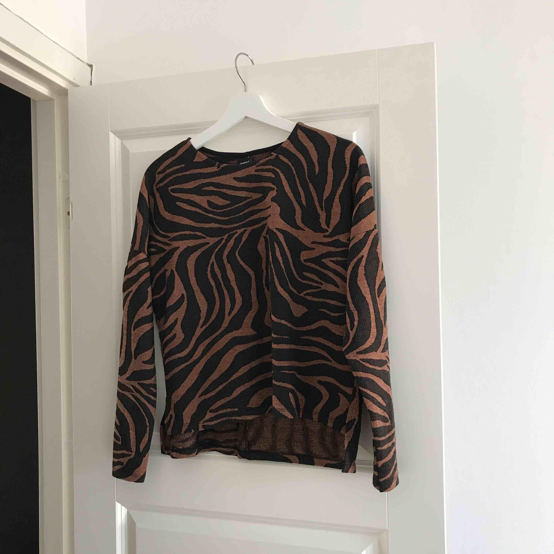 Aldrig använd tröja, tillhör ett set med liknande byxor.   Kan fraktas 🌸. Blusar.