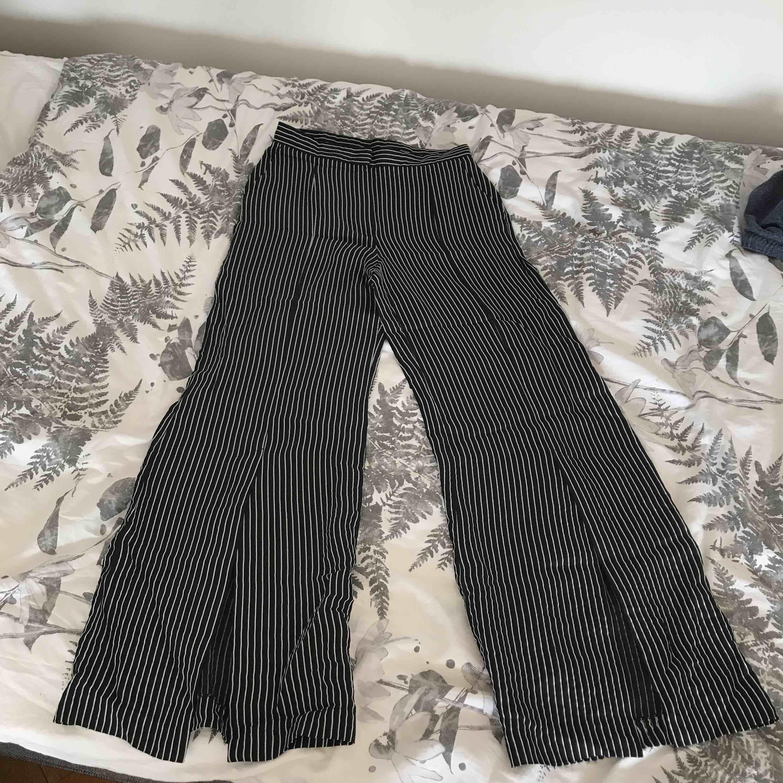 Supersnygga kostymbyxor från H&M, är i fint skick. Sitter mer som en S. . Kostymer.