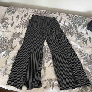 Supersnygga kostymbyxor från H&M, är i fint skick. Sitter mer som en S.