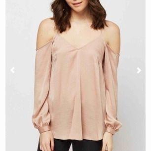 Cold-shoulder topp i färgen beige/nude. Den är jätte fin, men tyvärr har den bara hängt i garderoben och har inte kommit mycket till användning. Den är i storlek S och är i jätte bra skick. KÖPAREN STÅR FÖR FRAKT