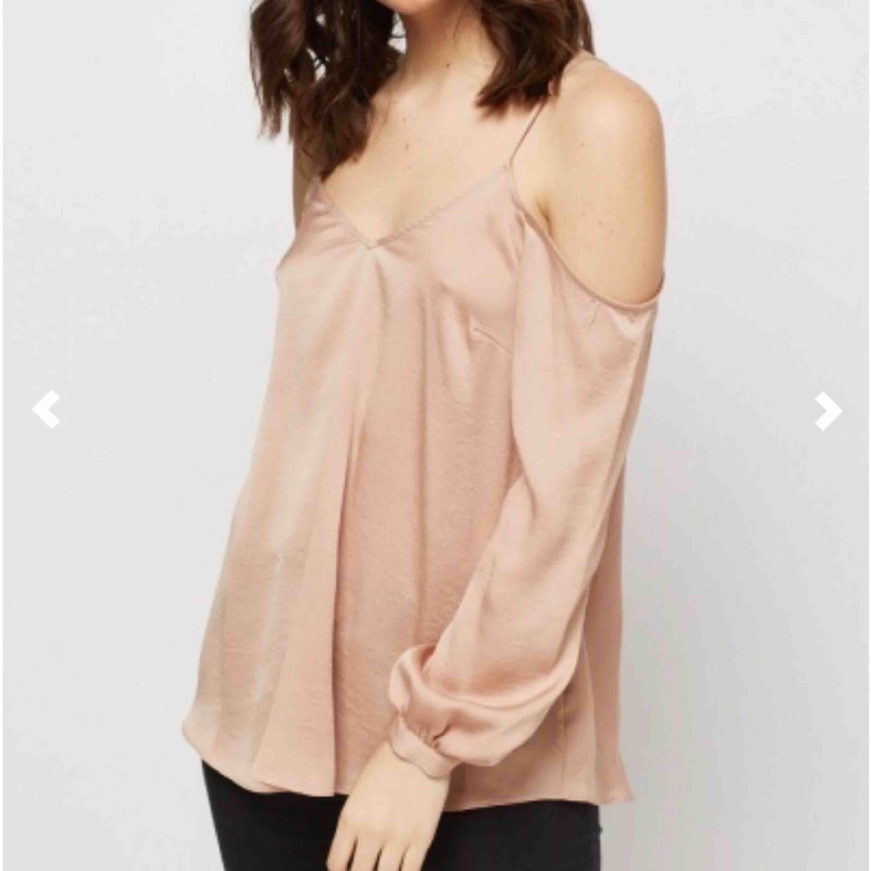 Cold-shoulder topp i färgen beige/nude. Den är jätte fin, men tyvärr har den bara hängt i garderoben och har inte kommit mycket till användning. Den är i storlek S och är i jätte bra skick. KÖPAREN STÅR FÖR FRAKT. Blusar.