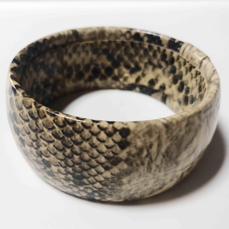 """Coolt ormskinnsarmband. Köpt för längesen. Inget """"spänne"""" så man trär den bara över handen (one size alltså). Bild nr 2 och 3 stämmer mest överens med färgen. Frakten ingår i priset 🌹. Accessoarer."""